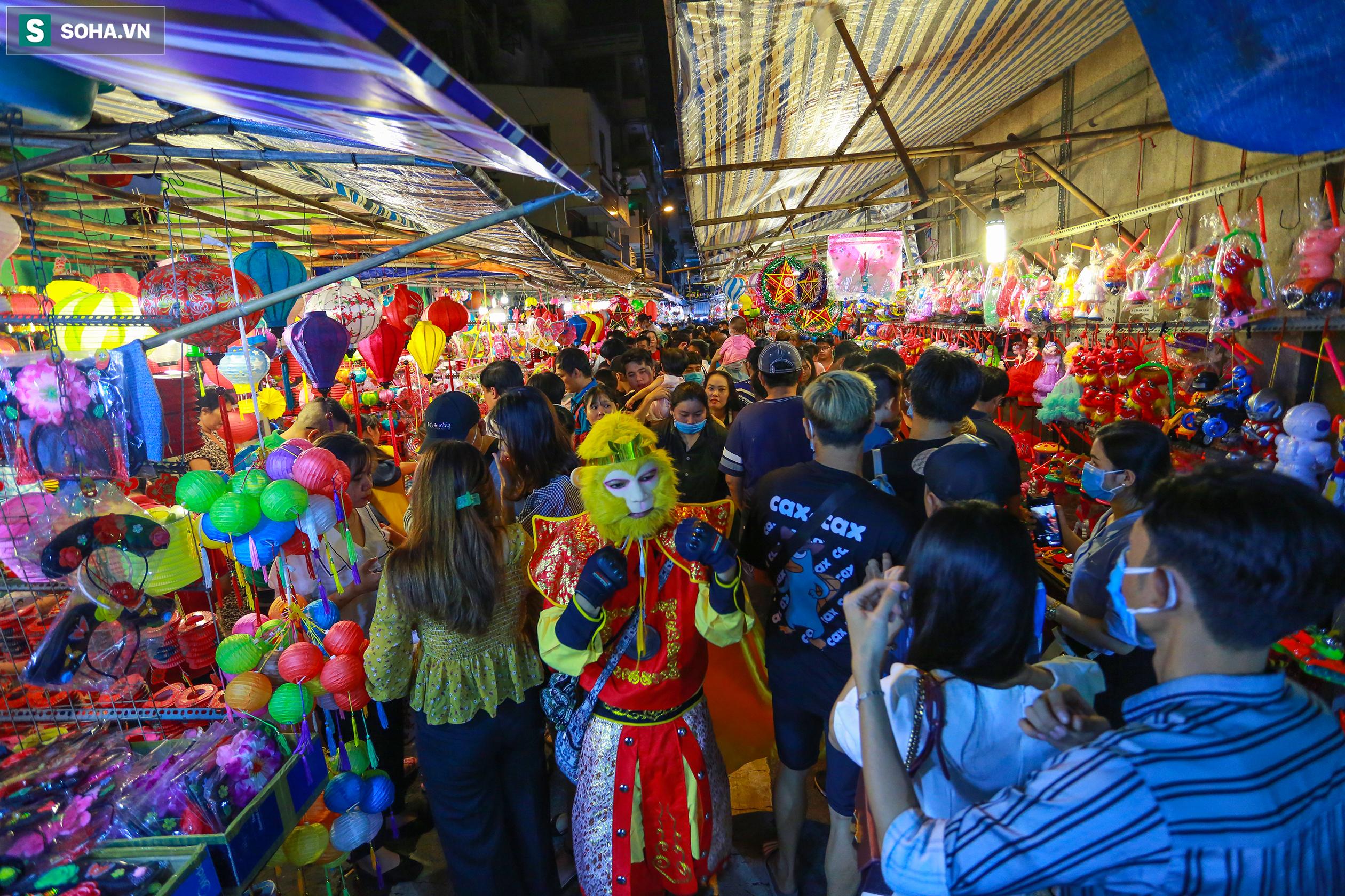 Người dân chen chúc nhau tham quan, check-in tại phố đèn lồng Lương Nhữ Học khiến giao thông có phần ách tắc, nhất là dịp cuối tuần.