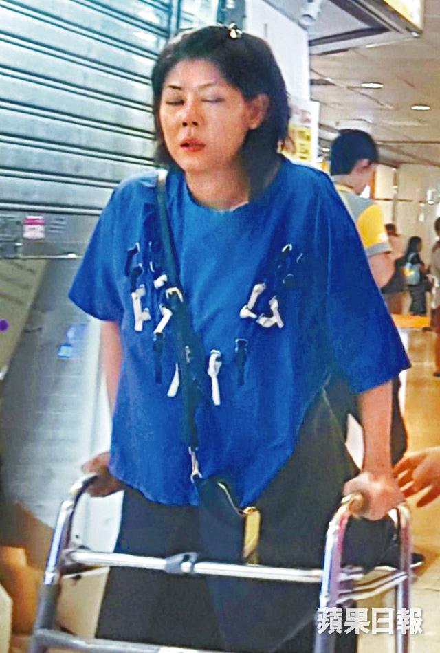 Những tai nạn khiến sức khỏe cô suy yếu, khó khăn trong đi lại.