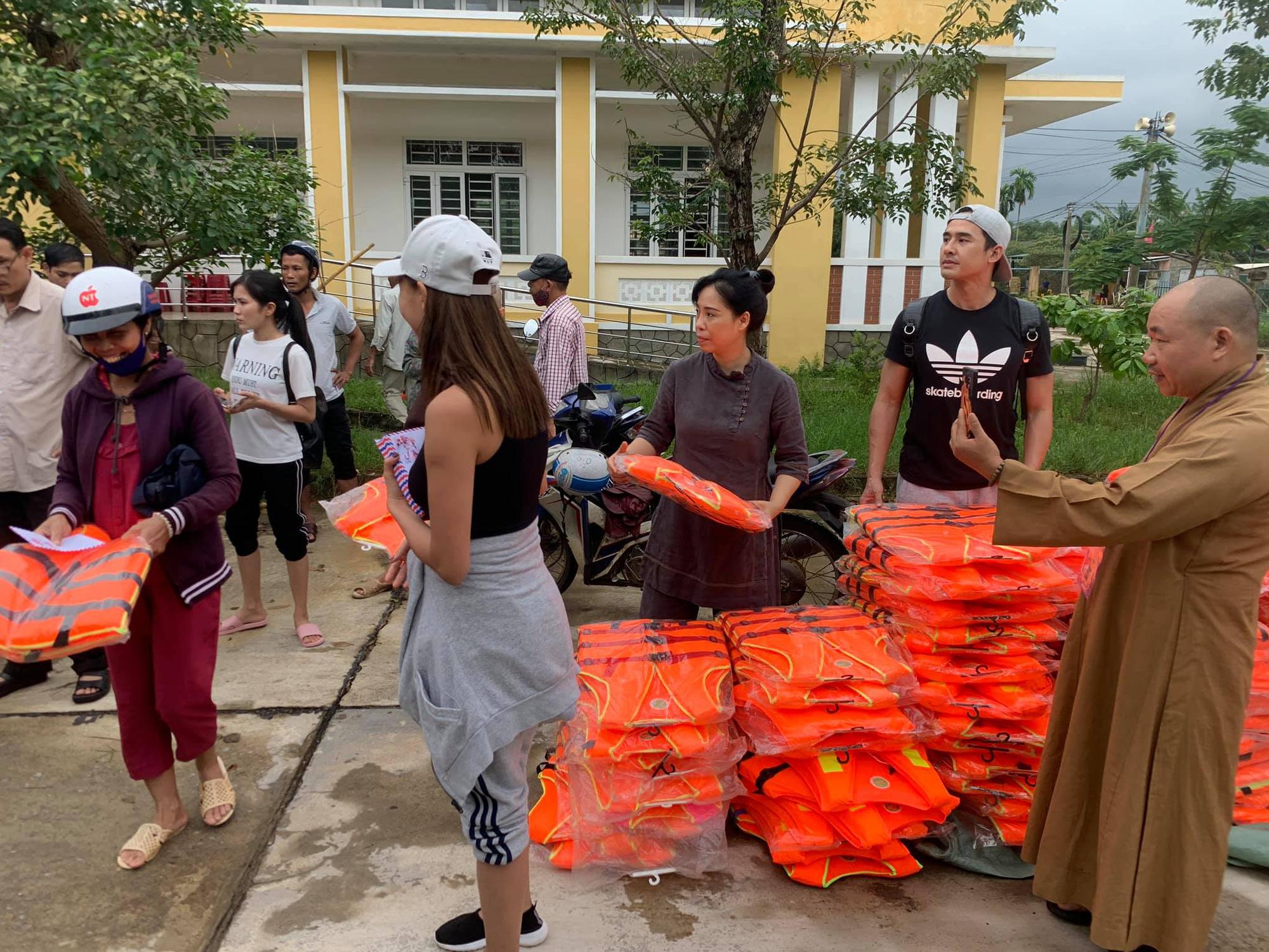 Hiện cặp đôi đã cứu trợ được 2 nơi tại Huế những vùng ngập lụt nặng và bị cô lập