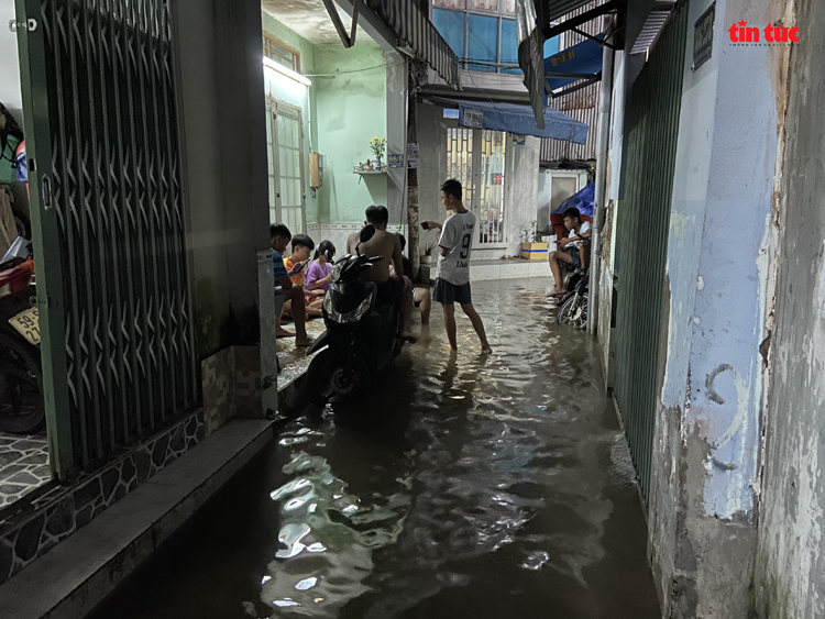 Nhiều tuyến hẻm tại phường 25 (quận Bình Thạnh) bị ngập.