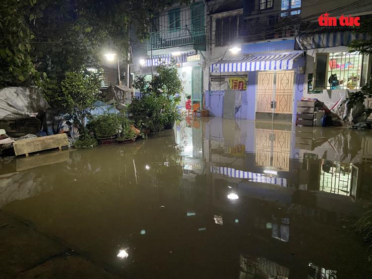 Triều cường dâng cao gây ảnh hưởng đến cuộc sống, sinh hoạt của người dân tại khu dân cư phường 25 (quận Bình Thạnh).
