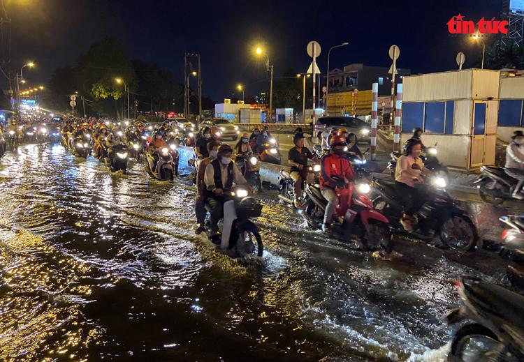 Một đoạn đường quốc lộ 13 (quận Thủ Đức) bị ngập do triều cường khiến giao thông qua lại gặp nhiều khó khăn.