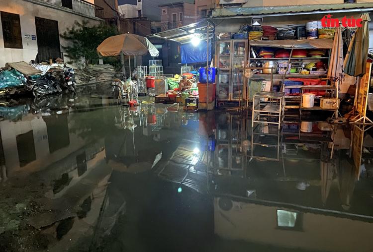 Một con hẻm trên đường Nguyễn Xí (quận Bình Thạnh) cũng bị ngập trong biển nước.