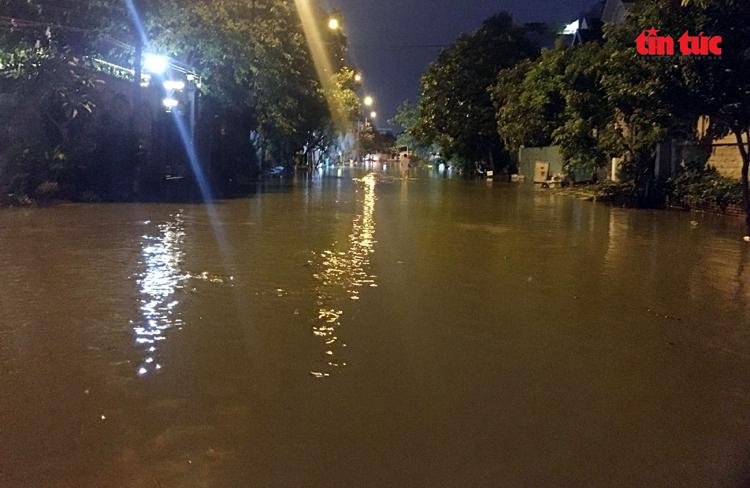Nhiều tuyến hẻm ở khu vực Thảo Điền (quận 2) nằm sát sông Sài Gòn bị ngập sâu kéo dài gần 1km.