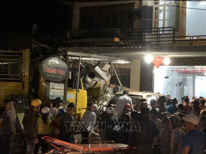 Lực lượng cứu hộ Công an tỉnh Quảng Ngãi đã tập trung đưa người bị nạn ra khỏi chiếc xe. Ảnh: TTXVN phát