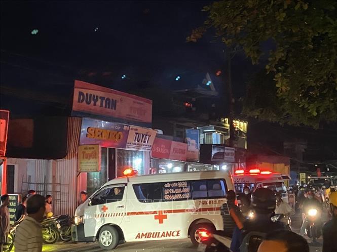 Lực lượng cứu hộ đưa người đi cấp cứu. Ảnh: TTXVN phát