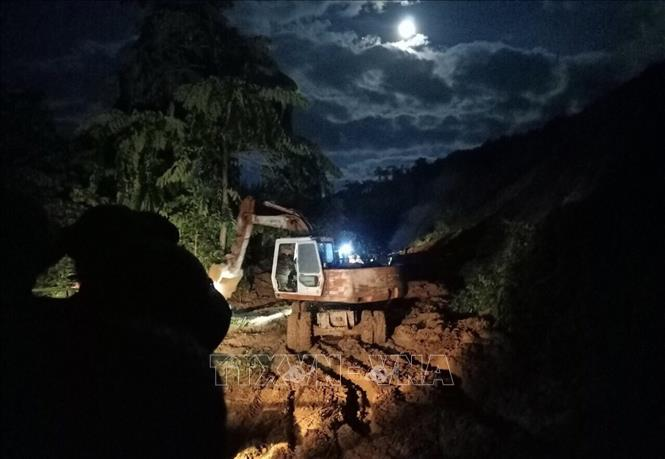 Sạt lở tại Phước Sơn, Quảng Nam: Xuyên đêm để thông tuyến đường vào khu vực sạt lở 0