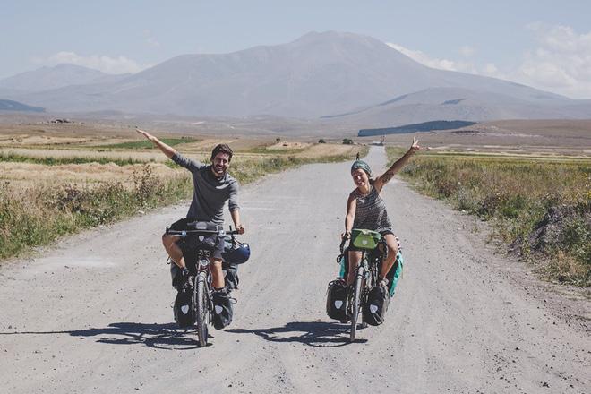Cung đường tình yêu 'đạp xe từ nhà anh về nhà em' của chàng trai Pháp và cô gái Việt: 6 tháng đi qua 12 nước 12
