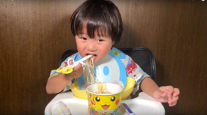 Trong đó, nổi bật nhất là video ăn mỳ gói Pokemon với 650k lượt xem - số views mơ ước với nhiều YouTuber.