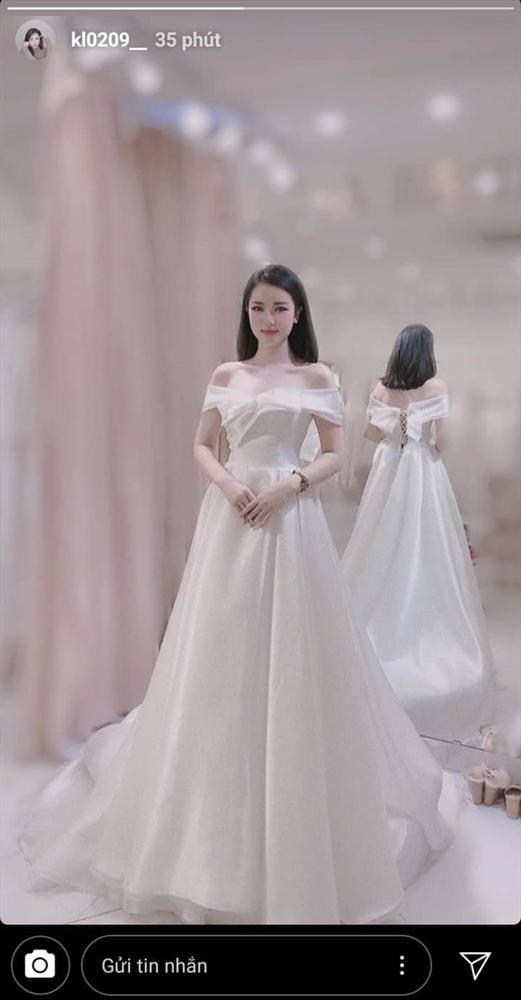 Khánh Linh gây xôn xao khi khoe ảnh mặc váy cưới.
