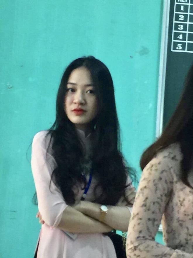 Nữ giáo viên bỗng 'gây sốt' từ bức ảnh chụp lén của học sinh trên bục giảng 1