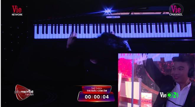 Chỉ cần mất từ 3-4 giây nhìn người đánh đàn, Thế Vinh đã có thể biết tên bản nhạc.