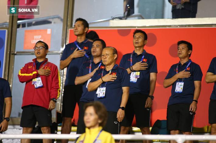 Thầy Park đặt tay lên ngực áo trong nghi thức chào cờ trước trận đấu, một hình ảnh đã trở nên quen thuộc.