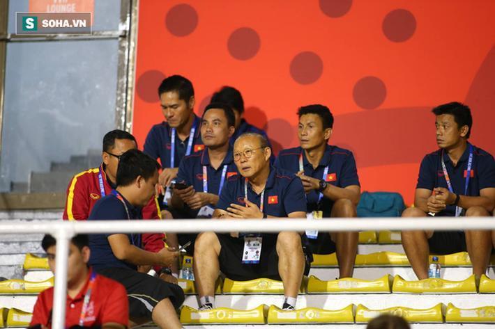 Theo lời trợ lý Lê Huy Khoa, HLV Park Hang-seo theo dõi trận đấu cực kỳ chăm chú. Nhà cầm quân người Hàn Quốc thậm chí còn hò hét, đứng ngồi thấp thỏm chẳng khác nào trong những trận đấu dẫn dắt U22 Việt Nam.