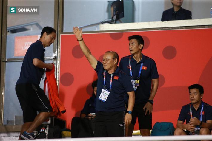 Trong ngày hôm qua, các tuyển thủ U22 Việt Nam không tập luyện như bình thường mà tranh thủ nghỉ ngơi để hồi phục thể lực và chữa trị chấn thương. Chính vì thế, HLV Park Hang-seo và các đồng sự đã đến sân Rizal Memorial để cổ vũ cho đội tuyển nữ Việt Nam trong trận chung kết SEA Games 30 gặp Thái Lan.
