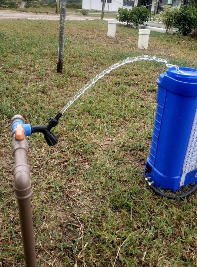 Vì vòi nước quá ngắn nên 1 ai đó đã thiết kế như thế này đây...
