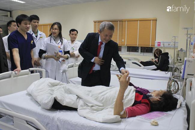 GS.TS Lê Ngọc Thành - Giám đốc Bệnh viện E thăm hỏi bệnh nhân