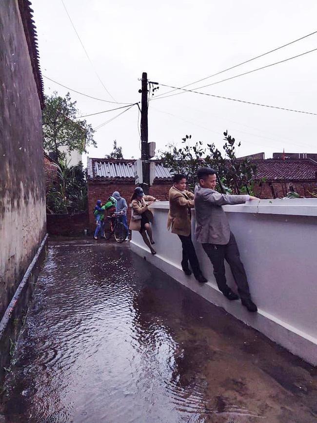 Trèo tường đi chúc Tết chỉ vì mưa ngập!