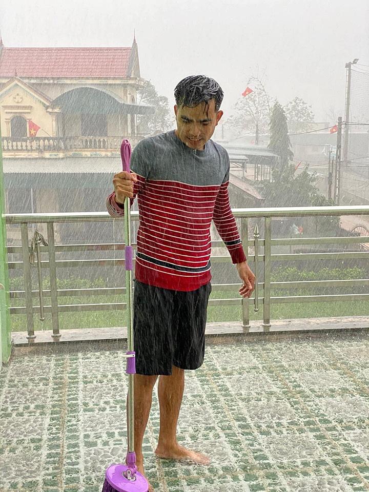 Tết âm lịch Canh Tý chìm trong mưa rào gió rét như bão mùa hè mix tình ca mùa đông (!)