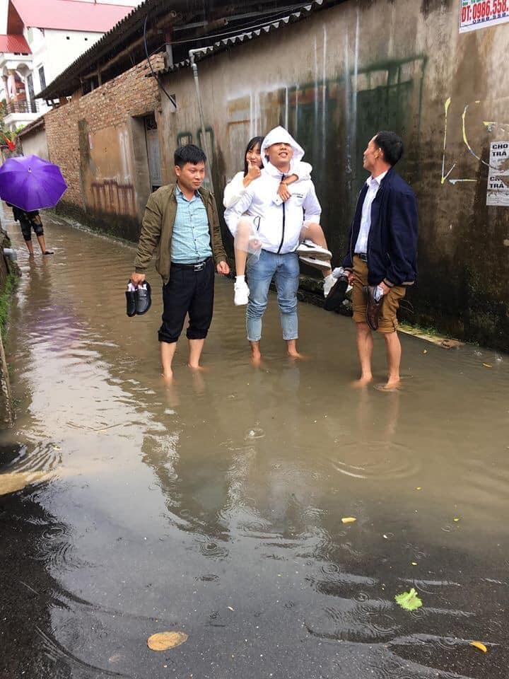 Gặp nhà lót gạch ở ngõ thì may, chứ không thì cởi giày xắn quần lội nước!