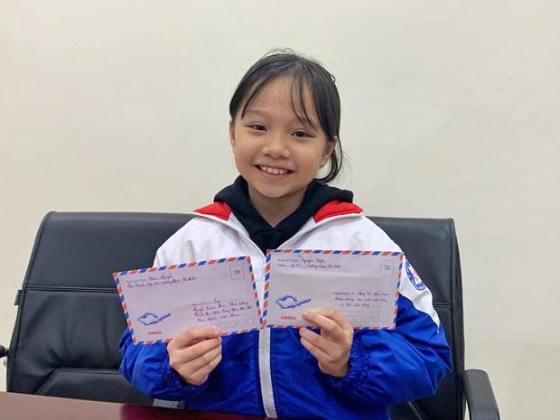 Bé Ngọc Trinh cùng thư gửi Thủ tướng và số tiền quên góp.