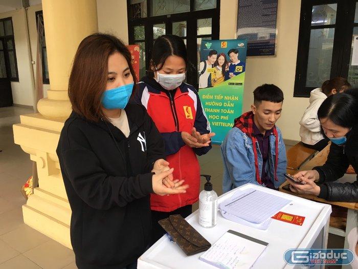 Sinh viên Đại học Công nghiệp Hà Nội dùng nước rửa tay khô diệt khuẩn tại trường để phòng tránh dịch Corona. Ảnh: báo Giáo dục Việt Nam