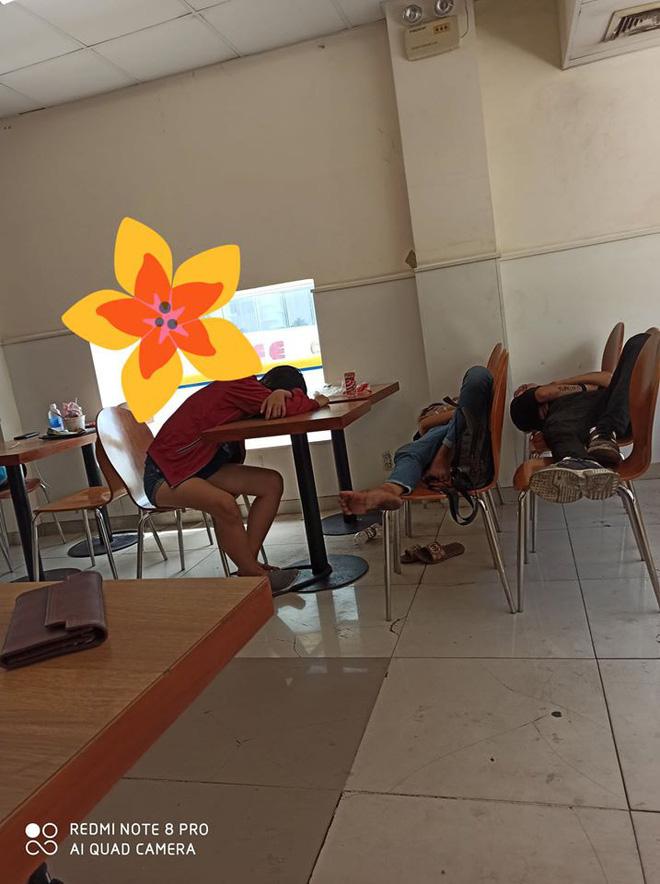 Vừa bước vào cửa hàng tiện lợi, cô gái đã 'đỏ mặt' quay đi vì dáng nằm xấu xí của nhóm thanh niên 0