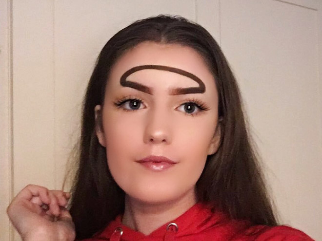 Nhiều cô nàng xinh đẹp cũng gây chú ý bởi đôi lông mày vòng cung lạ lùng.