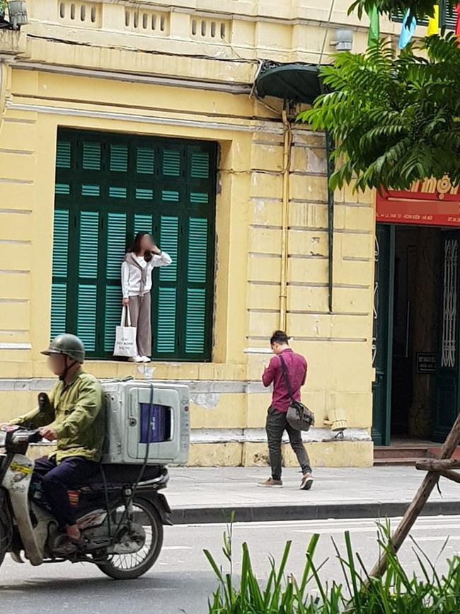 Cô gái xinh xắn trẻ trung đã trèo lên cửa sổ ngôi nhà nổi tiếng ở mặt tiền phố Lê Thái Tổ cạnh hồ Gươm, nhằm chụp được vài bức ảnh để đời.