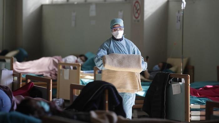 Nhân viên y tế làm việc tại một khu vực dã chiến tại bệnh viện Brescia, miền bắc Italy. Ảnh: AP