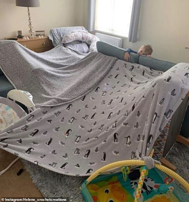 Gia đình vui vẻ! Một người bà ở Vương quốc Anh đã xây dựng 'pháo đài chăn gối' này với cháu trai của mình và chia sẻ kết quả tuyệt vời lên Instagram.