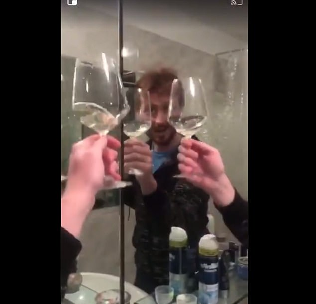 Một người đàn ông, đến từ Ý, đã khiến cư dân mạng không nhịn được cười với video cho thấy anh ta đang ăn mừng cùng gương trong phòng tắm. Video này đã được chia sẻ hàng ngàn lần trên mạng xã hội.