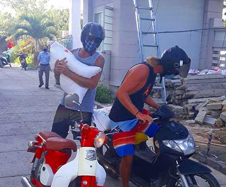Hình ảnh 2 anh Tây khệ nệ vác gạo đến quyên góp tại cây 'ATM gạo' miễn phí rồi lặng lẽ rời đi thu hút hàng chục nhìn like từ dân mạng 1