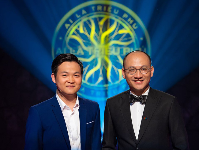 Việt Hoàng chụp ảnh cũng người dẫn chương trình Phan Đăng.