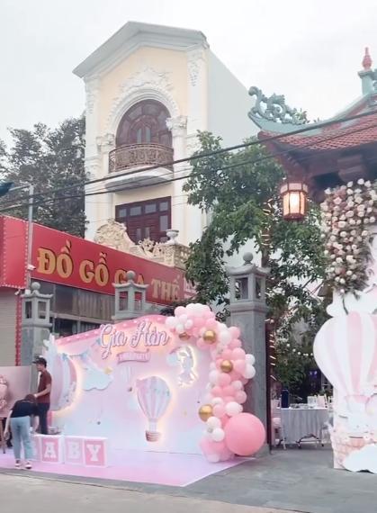 Cô dâu 200 cây vàng ở Nam Định thon gọn ngoạn mục so với lúc bầu, khoe nhan sắc lộng lẫy trong bữa tiệc của con gái đầu lòng 4