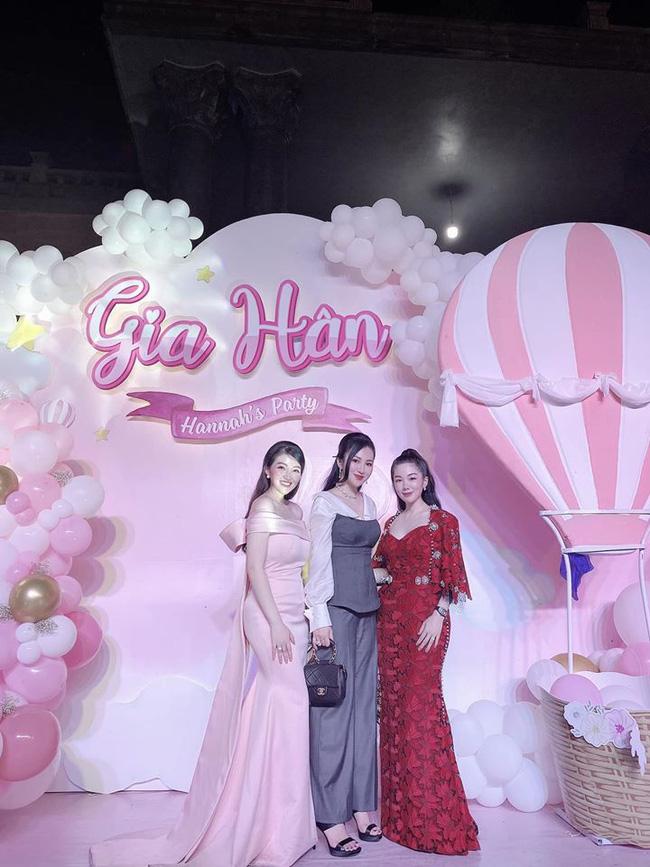 Cô dâu 200 cây vàng ở Nam Định thon gọn ngoạn mục so với lúc bầu, khoe nhan sắc lộng lẫy trong bữa tiệc của con gái đầu lòng 10