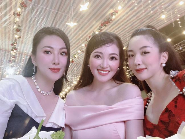 Cô dâu 200 cây vàng ở Nam Định thon gọn ngoạn mục so với lúc bầu, khoe nhan sắc lộng lẫy trong bữa tiệc của con gái đầu lòng 9