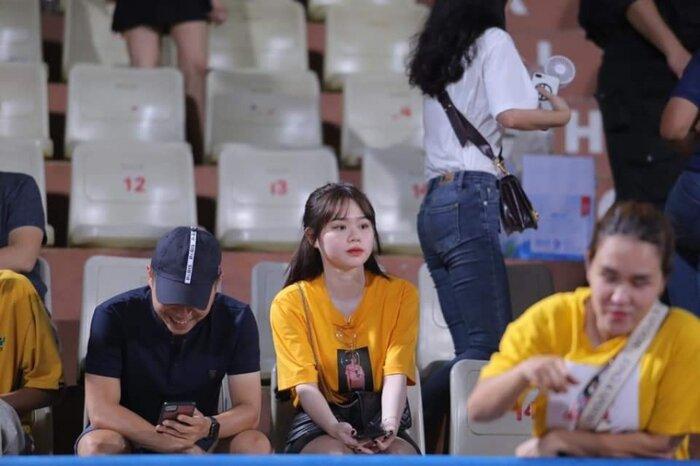 Bạn gái Quang Hải đến sân để cổ vũ người yêu thi đấu.