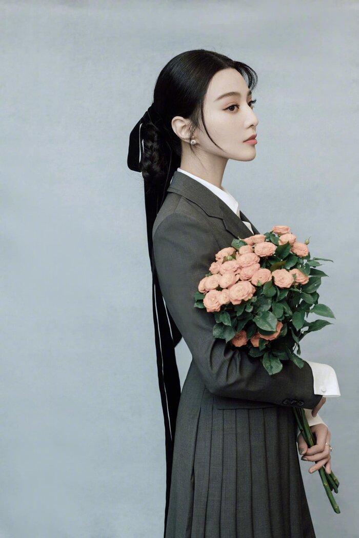 Trang phục 'độc' lạ của Băng tỷ trong set đồ đến từ Prada khi tham gia event của hãng
