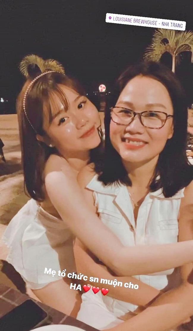 Huỳnh Anh để lộ ảnh mẹ ruột, hóa ra bạn gái Quang Hải trẻ trung xinh xắn bởi thừa hưởng toàn bộ nét đẹp của mẹ 0