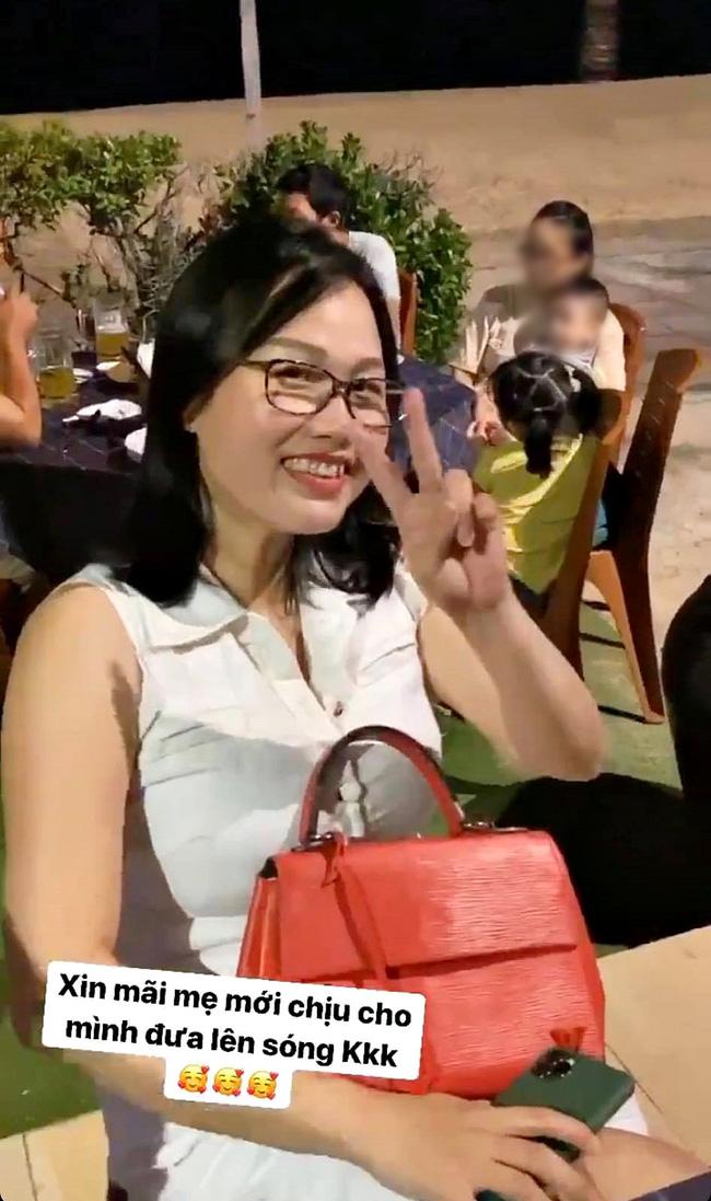Huỳnh Anh để lộ ảnh mẹ ruột, hóa ra bạn gái Quang Hải trẻ trung xinh xắn bởi thừa hưởng toàn bộ nét đẹp của mẹ 1