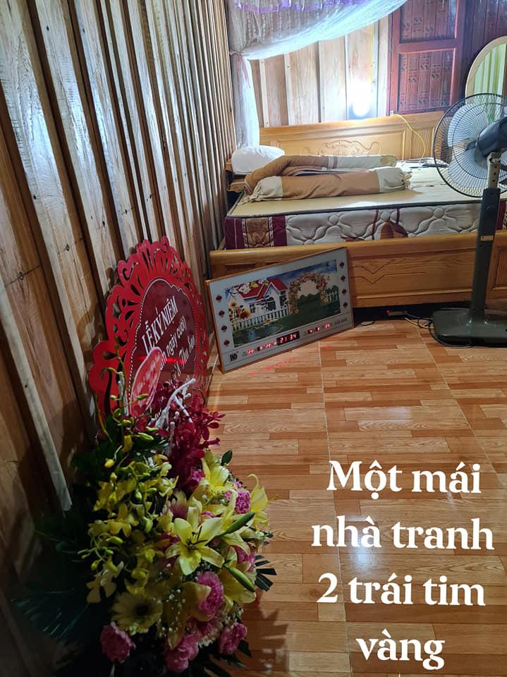 Làm lễ kỉ niệm ngày cưới linh đình, khoe nhà mới xây dựng khang trang, nhưng cô dâu Thu Sao lại để lộ ngôi nhà sàn cũ kĩ của bố mẹ chồng 3
