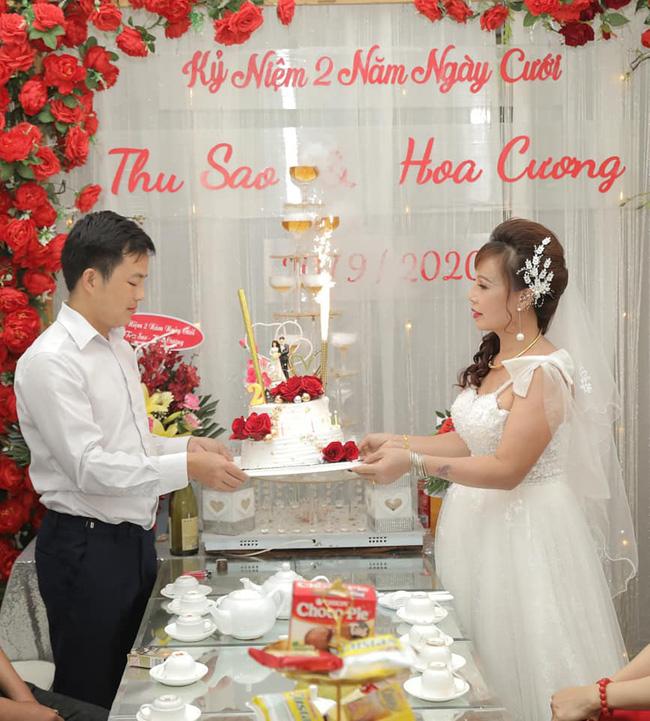 Lễ kỉ niệm 2 năm ngày cưới được đôi vợ chồng Thu Sao - Hoa Cương chuẩn chị vô cùng chu đáo.
