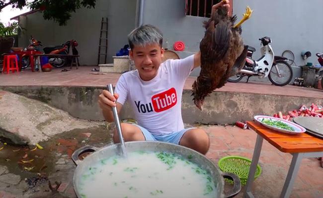 Hưng Vlog làm món gà nguyên lông bị chỉ trích.