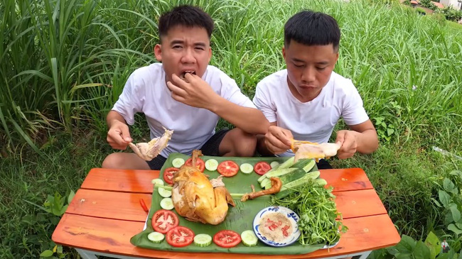 Hai anh em Hưng chỉ ăn phần đùi và bỏ qua phần tiếp xúc trực tiếp với những quả ớt.