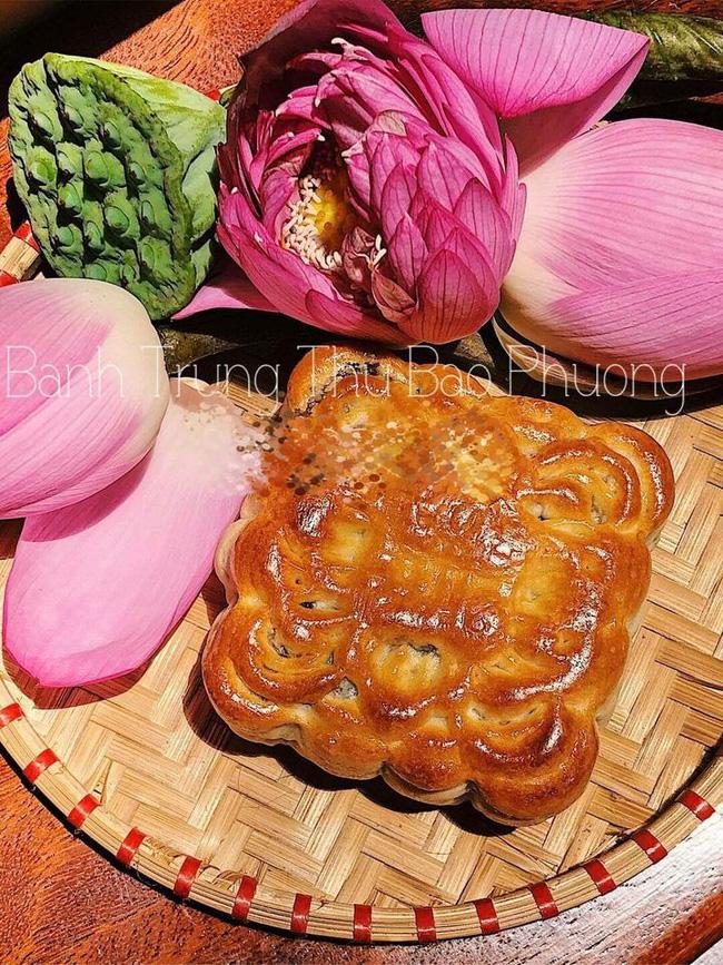 Chiếc bánh vuông vức, được nhiều người yêu thích bởi hương vị bao năm vẫn vậy. (Ảnh: Nguyễn Anh)