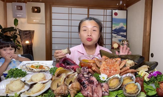 Liên tục làm video ăn tôm hùm, tôm càng, hải sản đắt đỏ, Quỳnh Trần JP khiến fan hâm mộ vừa thèm vừa ghen tị vì quá giàu có 0