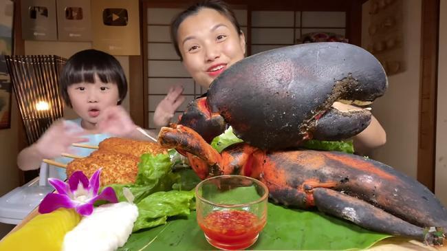 Liên tục làm video ăn tôm hùm, tôm càng, hải sản đắt đỏ, Quỳnh Trần JP khiến fan hâm mộ vừa thèm vừa ghen tị vì quá giàu có 1
