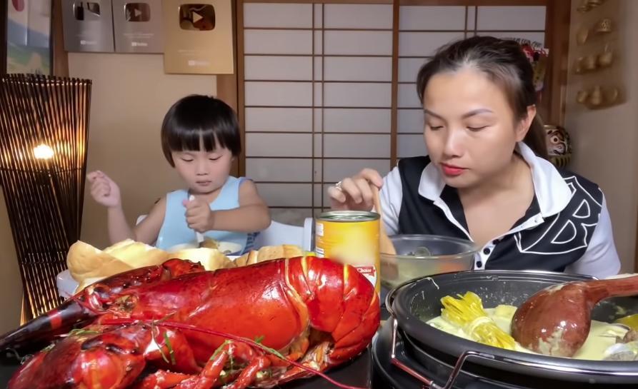 Liên tục làm video ăn tôm hùm, tôm càng, hải sản đắt đỏ, Quỳnh Trần JP khiến fan hâm mộ vừa thèm vừa ghen tị vì quá giàu có 8