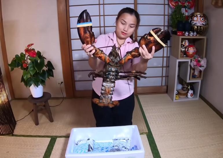 Liên tục làm video ăn tôm hùm, tôm càng, hải sản đắt đỏ, Quỳnh Trần JP khiến fan hâm mộ vừa thèm vừa ghen tị vì quá giàu có 13